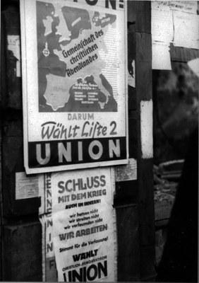 Wahlplakat der CDU zur hessischen Landtagswahl 1946, Schwarz-Weiß-Photographie, 1946, unbekannter Photograph; Bildquelle: © Institut für Stadtgeschichte Frankfurt http://www.stadtgeschichte-ffm.de/index.html, http://www.ffmhist.de/ffm33-45/portal01/portal01.php?ziel=t_ak_landtagswahlen_1946_1950, S7Z 1946 32.