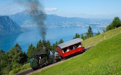 Lokomotive 7 der Vitznau-Rigi-Bahn, weltweit eine der letzten (wenn nicht die letzte) betriebsfähige Dampflokomotive mit Stehkessel, unterwegs auf die Rigi. Zwischen Grubisbalm und Freibergen, Farbphotographie, 2009, Photograph: David Gubler (http://www.bahnbilder.ch); Bildquelle: Wikimedia Commons, http://commons.wikimedia.org/wiki/File:VRB_H_1-2_bei_Freibergen.jpg?uselang=de.