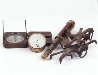 Peilkompass, Höhenmesser und Fernrohr, 19. Jahrhundert