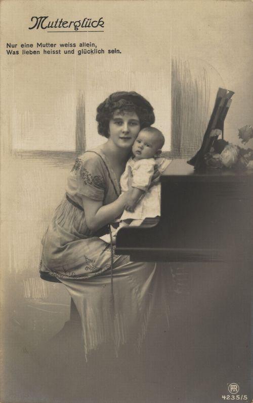 """""""Mutterglück"""", Bildpostkarte, um 1900, unbekannter Photograph; Bildquelle: Zenodot Verlagsgesellschaft mbH, Zeno.org, http://www.zeno.org/nid/20000720313. gemeinfrei"""