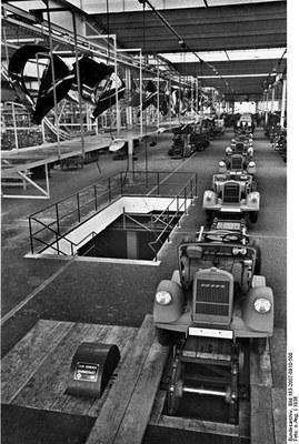 Scherl Verlag / Opel Werkfoto: Die neue Lastwagenfabrik, Werk Brandenburg, der Adam Opel A.G; Schwarz-weiß-Photographie, 1936; Bildquelle: Deutsches Bundesarchiv Bild 183-2007-0910-500, http://www.bild.bundesarchiv.de/archives/barchpic/search/_1327588858/?search[form][SIGNATUR]=Bild+183-2007-0910-500.