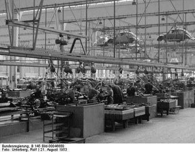 Rolf Unterberg: Produktion des VW Käfer im Volkswagenwerk Wolfsburg, Schwarz-weiß-Photographie, 1953; Bildquelle: Deutsches Bundesarchiv, http://www.bild.bundesarchiv.de/cross-search/search/_1327667146/?search[view]=detail&search[focus]=71.