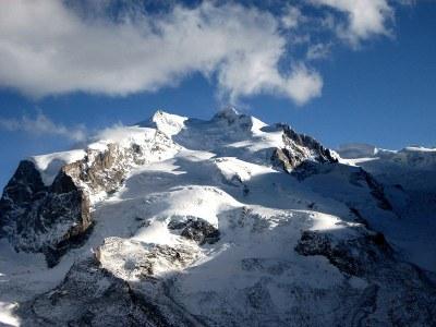 Le Nordend (à gauche) et la pointe Dufour (à droite), Farbphotographie, 2007, Photograph: Jackph; Bildquelle: Wikimedia Commons, http://commons.wikimedia.org/wiki/File:MonteRosa004.jpg?uselang=fr.