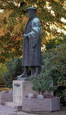 Georgius Agricola-Denkmal in Glauchau, Photograph: André Karwath, Farbphotographie, 2007; Bildquelle: Wikimedia Commons, http://commons.wikimedia.org/wiki/File:Georgius_Agricola_memorial_Glauchau_3_%28aka%29.jpg?uselang=de.