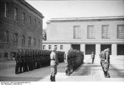 """""""Berlin, Kaserne der LSSAH, Waffen-SS beim Appell"""", Schwarz-Weiß-Photographie, Germany 1939, Photograph: Wisniewski;source: Deutsches Bundesarchiv (German Federal Archive), Bild 101III-Wisniewski-005-21A, http://commons.wikimedia.org/wiki/File:Bundesarchiv_Bild_101III-Wisniewski-005-21A,_Berlin,_Kaserne_der_LSSAH,_Waffen-SS_beim_Appell.jpg.Creative Commons Attribution-Share Alike 3.0 Germany"""