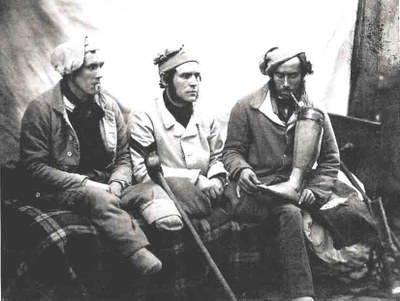 Joseph Cundall (1818–1895), Crimean War casualties with amputated legs who were seen by HM Queen Victoria when she visited Chatham Hospital. Left to right - William Young, Henry Burland and John Connery. John Connery is holding his artificial leg, Kollodium-Fotografie, 1856, Bildquelle: Imperial War Museum, www.iwm.org.uk/collections/item/object/205018791.