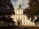 Schloss Gottorf, Farbphotographie, 2007, unbekannter Photograph; Bildquelle: Wikimedia Commons, https://commons.wikimedia.org/wiki/File:Gottorf,_Portal_und_Wachh%C3%A4user.JPG, gemeinfrei.