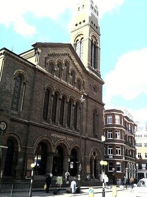 Westminster chapel, Farbfotografie von 2009, Bildquelle: Wikimedia Commons, https://commons.wikimedia.org/wiki/File:Westminsterck.jpg, CC BY-SA 3.0 DE.
