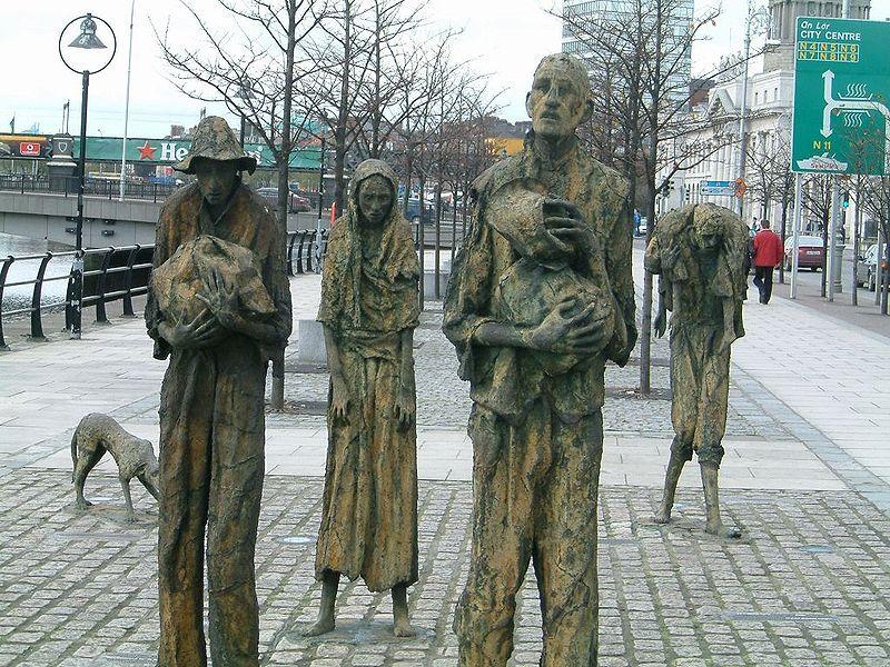 Rowan Gillespie (*1953), Famine, bronze sculptures, Ireland 1997, coloured photograph, 2006, photographer: AlanMc; source: wikimedia commons, http://commons.wikimedia.org/wiki/File:Famine_memorial_dublin.jpg?uselang=de, public domain.