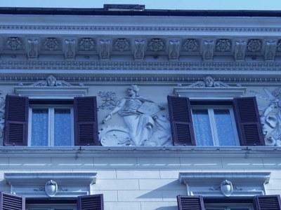 Erdteilallegorie Europa, Fries an der Fassade des Grand Hotel Rom (erbaut 1894), Via Vittorio Emanuele Orlanda, 1894, unbekannter Künstler, Farbphotographie, Photograph: Wolfgang Schmale; Bildquelle: Privatbesitz.