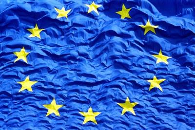 Die Europaflagge aufgenommen im Rahmen der Festlichkeiten zur EU-Osterweiterung am 1. Mai 2004 in Brüssel.  Europaflagge, Farbphotographie, 2004; Bildquelle: © European Union, 2010, P-010398/05-16, http://ec.europa.eu/avservices/download/photo_download_en.cfm?id=184307.