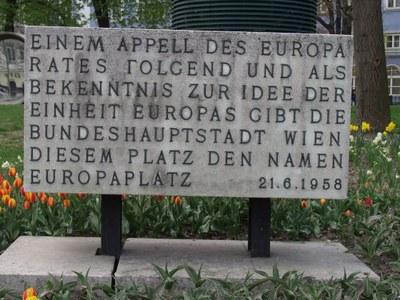 Plakette am Europaplatz in Wien gegenüber des Westbahnhofs, 1958, Farbphotographie, Photograph: Wolfgang Schmale; Bildquelle: Privatbesitz.