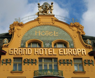 """Obere Fassade des """"Grand Hotel Europa"""" in Prag (erbaut 1889/1903–1905), Václavské náměstí 25, Farbphotographie, 2007, unbekannter Photograph; Bildquelle: wikimedia commons, http://commons.wikimedia.org/wiki/File:GrandHotelEuropaPrag.JPG. This file is licensed under the Creative Commons Attribution-Share Alike 3.0 Unported, 2.5 Generic, 2.0 Generic and 1.0 Generic license."""