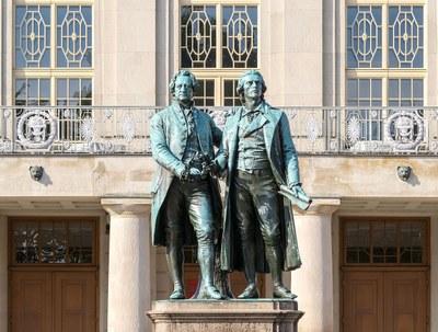 Goethe-und-Schiller-Denkmal am Theater in Weimar