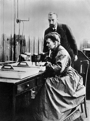 Marie Curie und ihr Mann im Labor