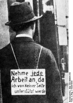 "Mann mit Schild ""Nehme jede Arbeit an, da ich von keiner Seite unterstützt werde"", Schwarz-weiß-Photographie, 1929/1933, unbekannter Photograph; Bildquelle: Deutsches Bundesarchiv, http://www.bild.bundesarchiv.de/cross-search/search/_1329901153/?search[view]=detail&search[focus]=1."