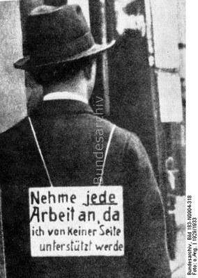 """Mann mit Schild """"Nehme jede Arbeit an, da ich von keiner Seite unterstützt werde"""", Schwarz-weiß-Photographie, 1929/1933, unbekannter Photograph; Bildquelle: Deutsches Bundesarchiv, http://www.bild.bundesarchiv.de/cross-search/search/_1329901153/?search[view]=detail&search[focus]=1."""