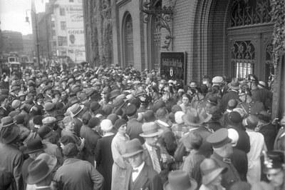 Georg Pahl, Massenandrang der Sparer vor der städtischen Sparkasse in Berlin, Schwarz-weiß-Photographie, 1931; Bildquelle: Deutsches Bundesarchiv, Bild 102-12023, http://www.bild.bundesarchiv.de/archives/barchpic/view/2224630.