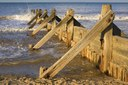 Buhne bei Mundesley (Norfolk, Großbritannien), Farbphotographie, August 2008, Photograph: Michael Maggs; Bildquelle: Wikimedia Commons, http://commons.wikimedia.org/wiki/File:Groyne_at_Mundesley,_Norfolk.JPG, Creative Commons Attribution ShareAlike 3.0 Germany.