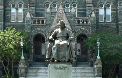 Jerome Connor (1874–1943), Statue von John Carroll (1735–1815), Georgetown University, Photograph: Patrickneil ; Bildquelle: Wikimedia Commons, Creative Commons-Lizenz Namensnennung-Weitergabe unter gleichen Bedingungen 3.0 Unported.