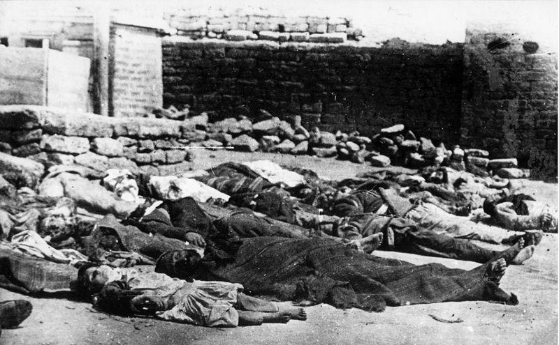 Aserbaidschanische Opfer der März-Ereignisse in Baku, Schwarz-Weiß-Photographie, 1918, unbekannter Photograph; Bildquelle: wikimedia commons, http://commons.wikimedia.org/wiki/File:Azerbaijani_victims_in_Baku.jpg, gemeinfrei.