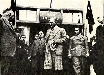 Atatürk besichtigt Volkshaus 1937