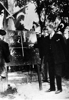 Atatürk führt das neue türkische Alphabet ein