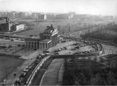 Bau der Berliner Mauer am Brandenburger Tor 1961