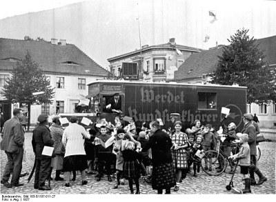 http://commons.wikimedia.org/wiki/File:Bundesarchiv_Bild_183-B1107-011-27,_Rundfunkpropaganda.jpg; lizensiert unter Creative Commons Attribution ShareAlike 3.0 Germany License