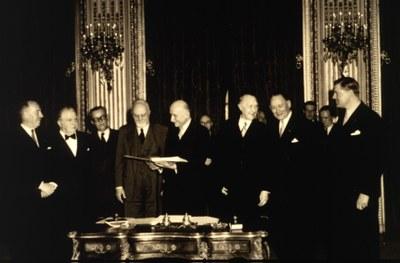 Unterzeichnung des Vertrages zur Gründung der Europäischen Gemeinschaft für Kohle und Stahl (EGKS), Schwarz-Weiß-Photographie, 1951, unbekannter Photograph; Bildquelle: © Europäische Union, 1995–2010, http://ec.europa.eu/avservices/2010/photo/photoDetails.cfm?sitelang=en&ref=P-001321/00-04