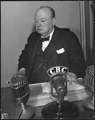 Winston Churchill (1874–1965), Schwarz-Weiß-Photographie, 1943, unbekannter Photograph; Bildquelle: © Franklin D. Roosevelt Presidential Library and Museum [http://docs.fdrlibrary.marist.edu/wwphotos.html], Photos of World War II, http://docs.fdrlibrary.marist.edu/images/photodb/23-0201a.gif.