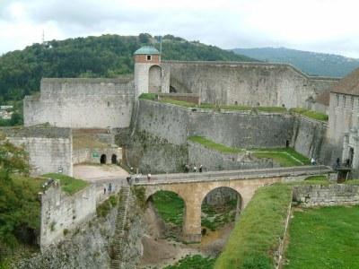 Zitadelle von Besançon, Farbphotographie, 2004, Photograph: Christophe Finot; Bildquelle: Wikimedia Commons, http://commons.wikimedia.org/wiki/File:Citadelle_Besancon.JPG.Creative Commons Attribution ShareAlike 3.0 Unported license.