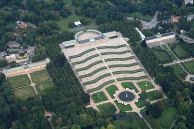 Schloss Sanssouci aus der Luft gesehen, Farbphotographie, 2008, Photograph: Sven Scharr; Bildquelle: Wikimedia Commons, http://commons.wikimedia.org/wiki/File:Sanssouci-Air.JPG?uselang=de.Creative Commons Namensnennung 3.0 Unported.