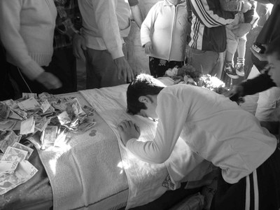 Prayer ritual at the tomb of Ali, black-and-white photograph, August 2006, photographer: Nathalie Clayer; source: in private ownership