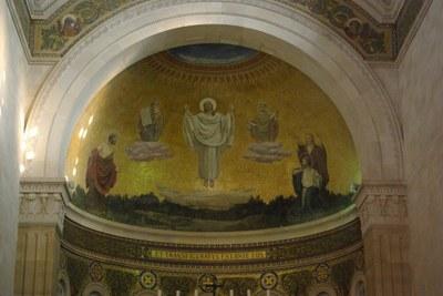"""Verklärungsbasilika, Berg Tabor, Mosaik mit der Inschrift aus Mt. 17,2 """"et transfiguratus est ante eos! """" (""""Und er ward verklärt vor ihnen""""), Farbphotographie, 2008, Photograph: Berthold Werner; Bildquelle: Wikimedia Commons, http://commons.wikimedia.org/wiki/File:Berg_Tabor_BW_5.JPG, gemeinfrei."""