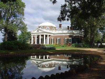 Villa Monticello, Farbphotographie, 2005, Photograph: Matt Kozlowski; Bildquelle: Wikimedia Commons, http://commons.wikimedia.org/wiki/File:Monticello_reflected.JPG  Creative Commons Attribution-Share Alike 3.0 Unported license.