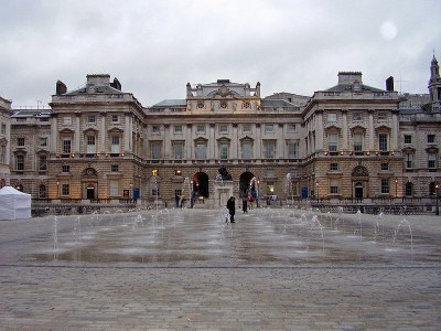 Somerset House, Farbphotographie, 2006, Photograph: Ham; Bildquelle: Wikimedia Commons, http://commons.wikimedia.org/wiki/File:Somerset_House_Strand_Block.JPG  Creative Commons Attribution-Share Alike 3.0 Unported Lizenz