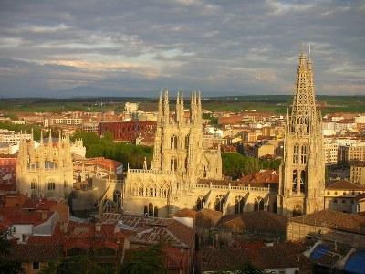 Die Kathedrale von Burgos, Farbphotographie, 2007, Photograph: FAR; Bildquelle: Wikimedia Commons, http://commons.wikimedia.org/wiki/File:Catedral_de_Burgos-Parador.JPG?uselang=deCreative Commons-Lizenz Namensnennung-Weitergabe unter gleichen Bedingungen 3.0 Unported