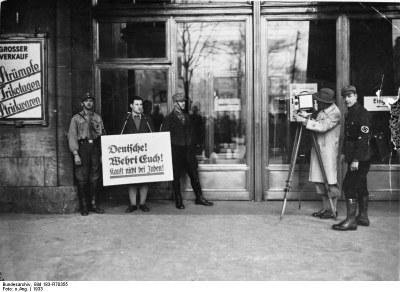 http://commons.wikimedia.org/wiki/File:Bundesarchiv_Bild_183-R70355,_Berlin,_Boykott_j%C3%BCdischer_Gesch%C3%A4fte.jpg Bundesarchiv; lizensiert unter Creative Commons Attribution ShareAlike 3.0 Germany License