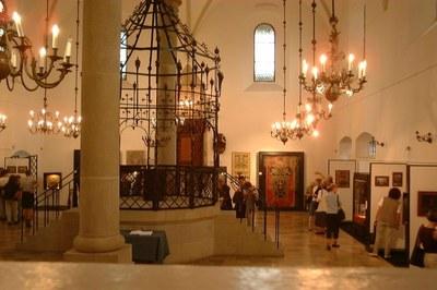Die Bima in der alten Synagoge von Krakau, Farbphotographie, 2005, Photograph: Merlin; Bildquelle: Wikimedia Commons, http://commons.wikimedia.org/wiki/File:Poland_Krak%C3%B3w_-_Old_Synagogue_with_bima.jpg?uselang=de, Creative Commons-Lizenz Namensnennung-Weitergabe unter gleichen Bedingungen 3.0 Unported