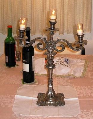 Geschmückter Sabbattisch mit Leuchtern, Farbphotographie, ca. 2009, Photograph: מאטעלע; Bildquelle: Wikimedia Commons, http://commons.wikimedia.org/wiki/File:PikiWiki_Israel_12123_shabat.JPG?uselang=de.Creative Commons-Lizenz Namensnennung 2.5 US-amerikanisch (nicht portiert).