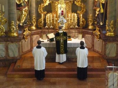 Tridentinische Messe, Farbphotographie, 2009, Photograph: Joachim Specht; Bildquelle: Wikimedia Commons, http://commons.wikimedia.org/wiki/File:Generalvikar_Dr._Weis_1.JPG?uselang=de, gemeinfrei.
