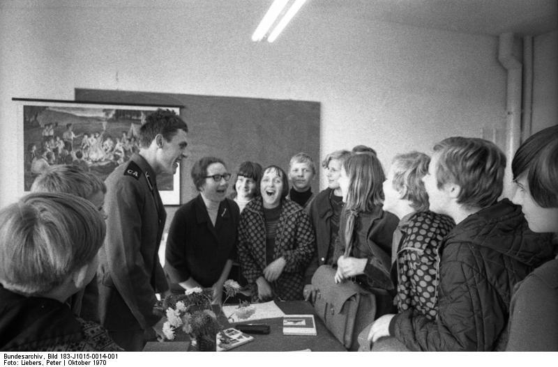 """""""Magdeburg, Russisch-Unterricht"""", schwarz-weiß Photographie, DDR, Oktober 1970, Photograph: Peter Liebers; Bildquelle: Deutsches Bundesarchiv (German Federal Archive), Bild 183-J1015-0014-001, wikimedia commons, http://commons.wikimedia.org/wiki/File:Bundesarchiv_Bild_183-J1015-0014-001,_Magdeburg,_Russisch-Unterricht.jpg  This file is licensed under the Creative Commons Attribution-Share Alike 3.0 Germany license."""