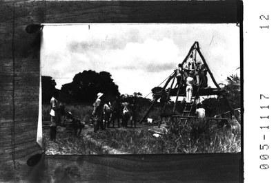 Unbekannter Fotograf, Der neuangekommene deutsche Siedler in Deutsch-Ost baut einen Brunnen  (Deutsch-Ostafrika, heute Tansania), ca. 1890-1914. Quelle: Koloniales Bildarchiv, Universitätsbibliothek Johann Christian Senckenberg Frankfurt/Main, https://ilissafrica.wordpress.com/2011/01/13/africa-in-historical-photographs/.  Bildnummer 005-1117-12, http://www.ilissafrica.de/vk/?q=%22005-1117-12%22&c=dkg. Mit freundlicher Genehmigung.