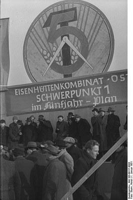 Grundsteinlegung im Hüttenkombinat Ost, Schwarz-Weiß-Photographie, DDR 1951, Photograph: Horst Sturm; Bildquelle: Deutsches Bundesarchiv (German Federal Archive), Bild 183-09117-0006, wikimedia commons, http://commons.wikimedia.org/wiki/File:Bundesarchiv_Bild_183-09117-0006,_Grundsteinlegung_im_H%C3%BCttenkombinat_Ost.jpg?uselang=de  Creative Commons Attribution-Share Alike 3.0 Germany