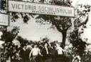 "Gospodărie agricolă colectivă: ""Victoria Socialismului"" constituită în anul 1949, la Răşcani, Schwarz-Weiß-Photographie, Rumänien 1949, unbekannter Photograph; Bildquelle: Photo #W059, Online communism photo collection (16.03.2011), National Archives of Romania / The Institute for the Investigation of Communist Crimes in Romania, Muzeul de istorie a partidului comunist, a mişcării revoluţionare şi democratice din România, http://fototeca.iiccr.ro/picdetails.php?lang=en&picid=42716X22X31.  Publikationserlaubnis: http://fototeca.iiccr.ro/about_the_project/ (16.03.2011)"