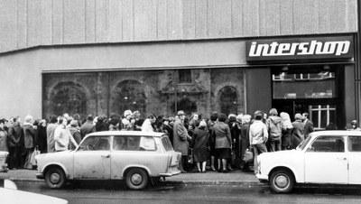 Warteschlange vor einem Intershop, Schwarz-Weiß-Photographie, DDR unbekanntes Datum, unbekannter Photograph; Bildquelle: Deutsche Presseagentur (dpa), © dpa