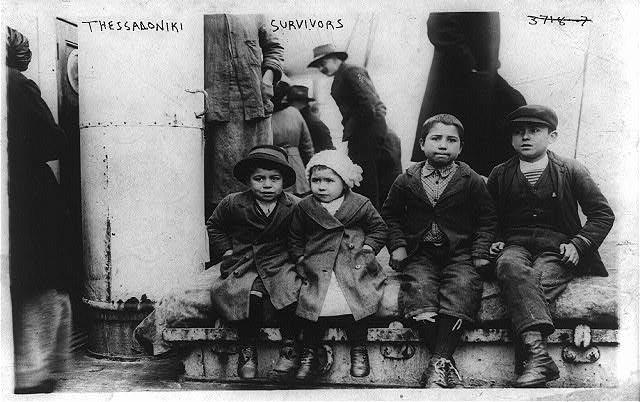 Vier Flüchtlingskinder aus Thessaloniki an Bord eines Schiffes, schwarz-weiß Photographie, ohne Datum [1912 oder 1913], unbekannter Photograph; Bildquelle: Library of Congress, George Grantham Bain Collection, Reproduction Number: LC-USZ62-93418 (b&w film copy neg.), http://hdl.loc.gov/loc.pnp/cph.3b46719.