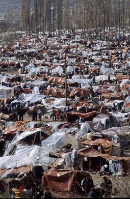 Kosovo Refugees, Farbphotographie, 1999, H. J. Davies; Bildquelle: Mit freundlicher Genehmigung der United Nations, UN Photo / H. J. Davies (Photo # 31544), http://www.unmultimedia.org/s/photo/detail/315/0031544.html.