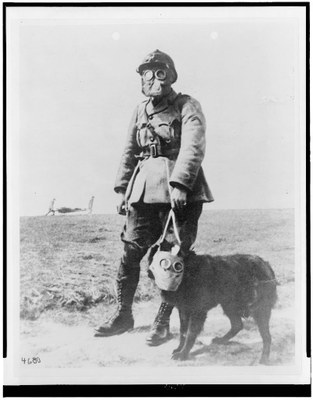Anonym: Equipt (sic) for the trenches, Schwarz-Weiß-Fotografie, ca. 1914–1918; Bildquelle: Library of Congress Prints and Photographs Division, LC-USZ62-115014, http://www.loc.gov/pictures/resource/cph.3c15014/, gemeinfrei.